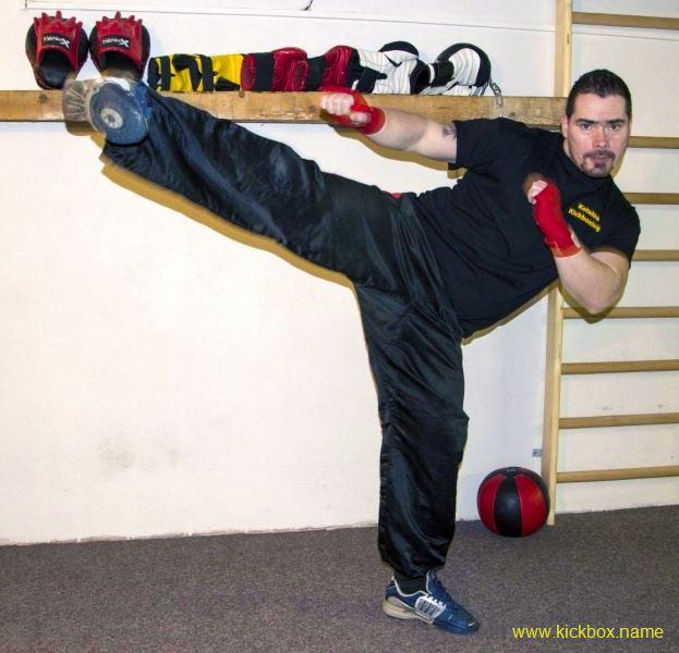kickbox boční kop trenéra